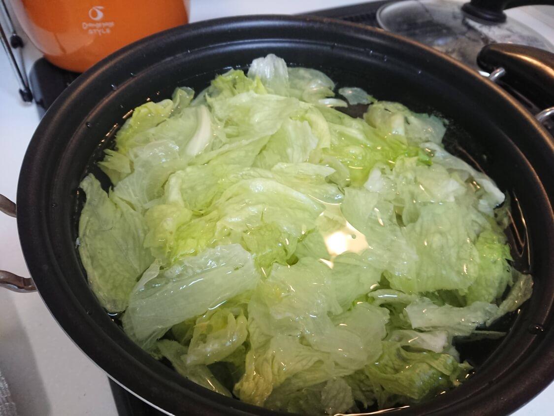ごま油香る♪甘辛だれ混ぜそうめん(ビビン素麺)韓国人気レシピ。レタスを茹でる