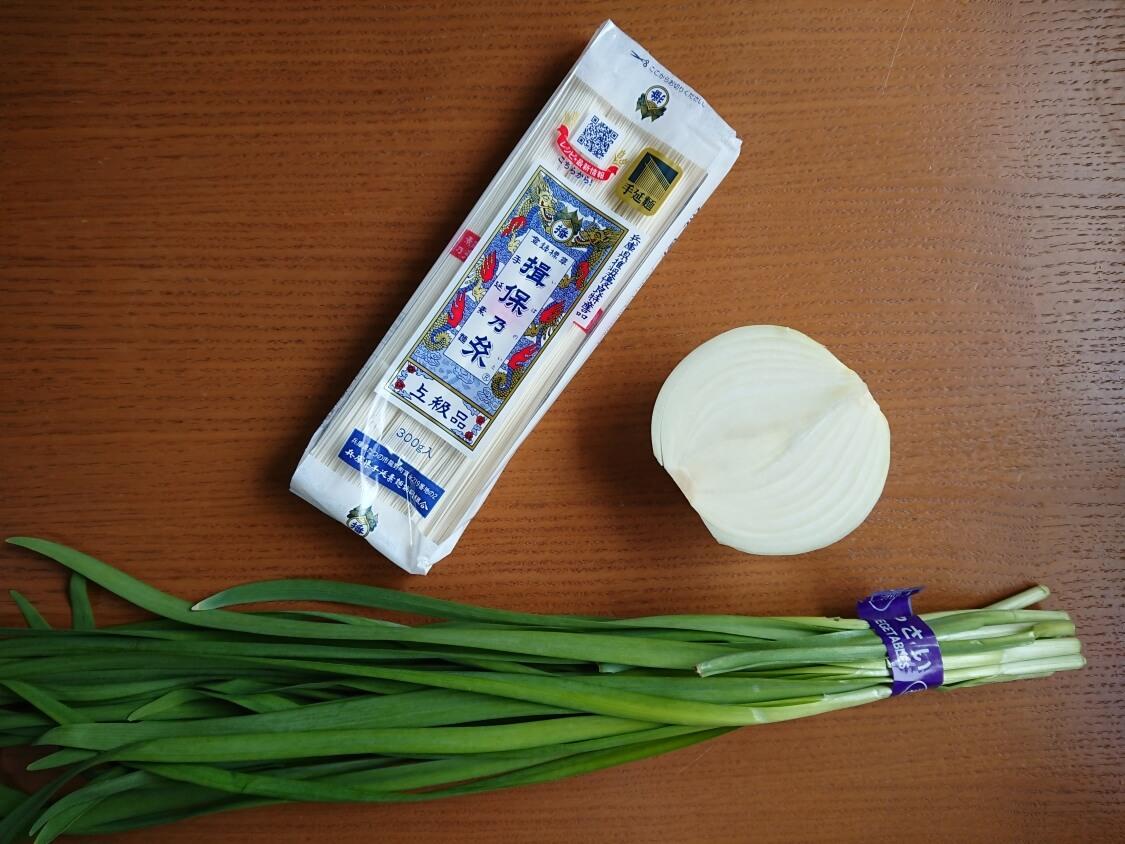 ごま油香る♪甘辛だれ混ぜそうめん(ビビン素麺)韓国人気レシピ。材料と野菜の具