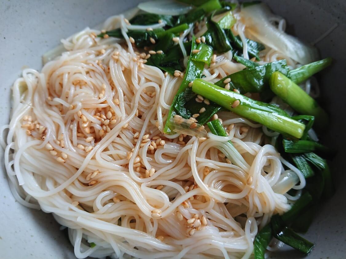 ごま油香る♪甘辛だれ混ぜそうめん(ビビン素麺)韓国人気レシピ。タレをかける