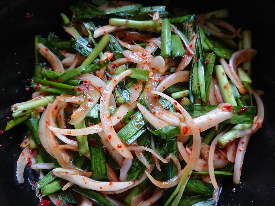 ニラと新玉ねぎの即席キムチ(プチュコッチョリ)。簡単本格味の韓国レシピ。和え方
