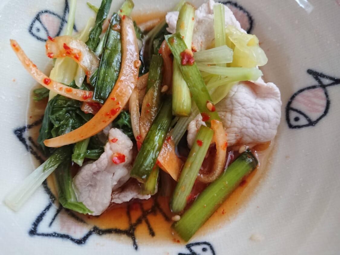ニラと新玉ねぎの即席キムチ(プチュコッチョリ)。簡単本格味の韓国レシピ。しゃぶしゃぶ、サムギョプサルの副菜におすすめ
