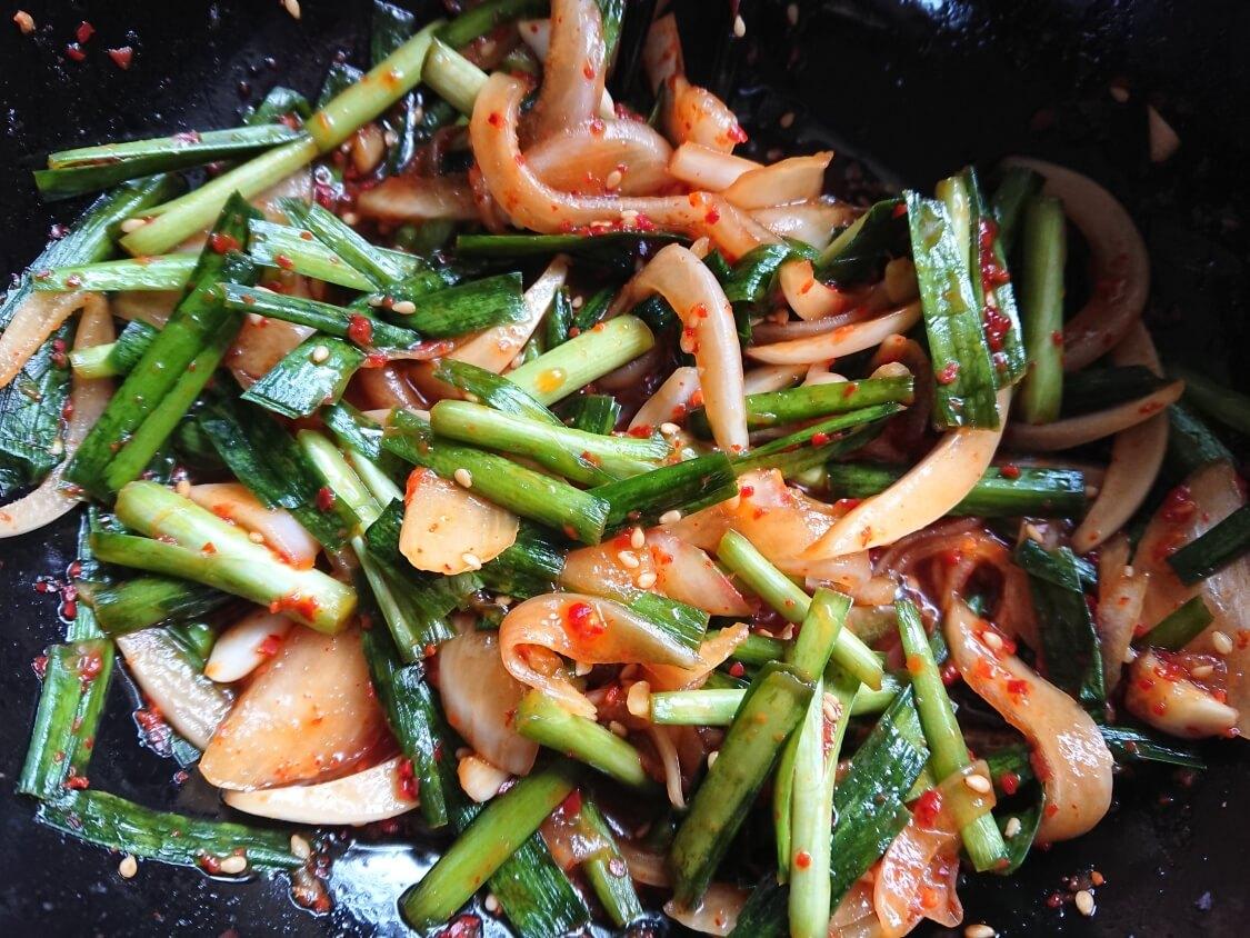 ニラと新玉ねぎの即席キムチ(プチュコッチョリ)。簡単本格味の韓国レシピ