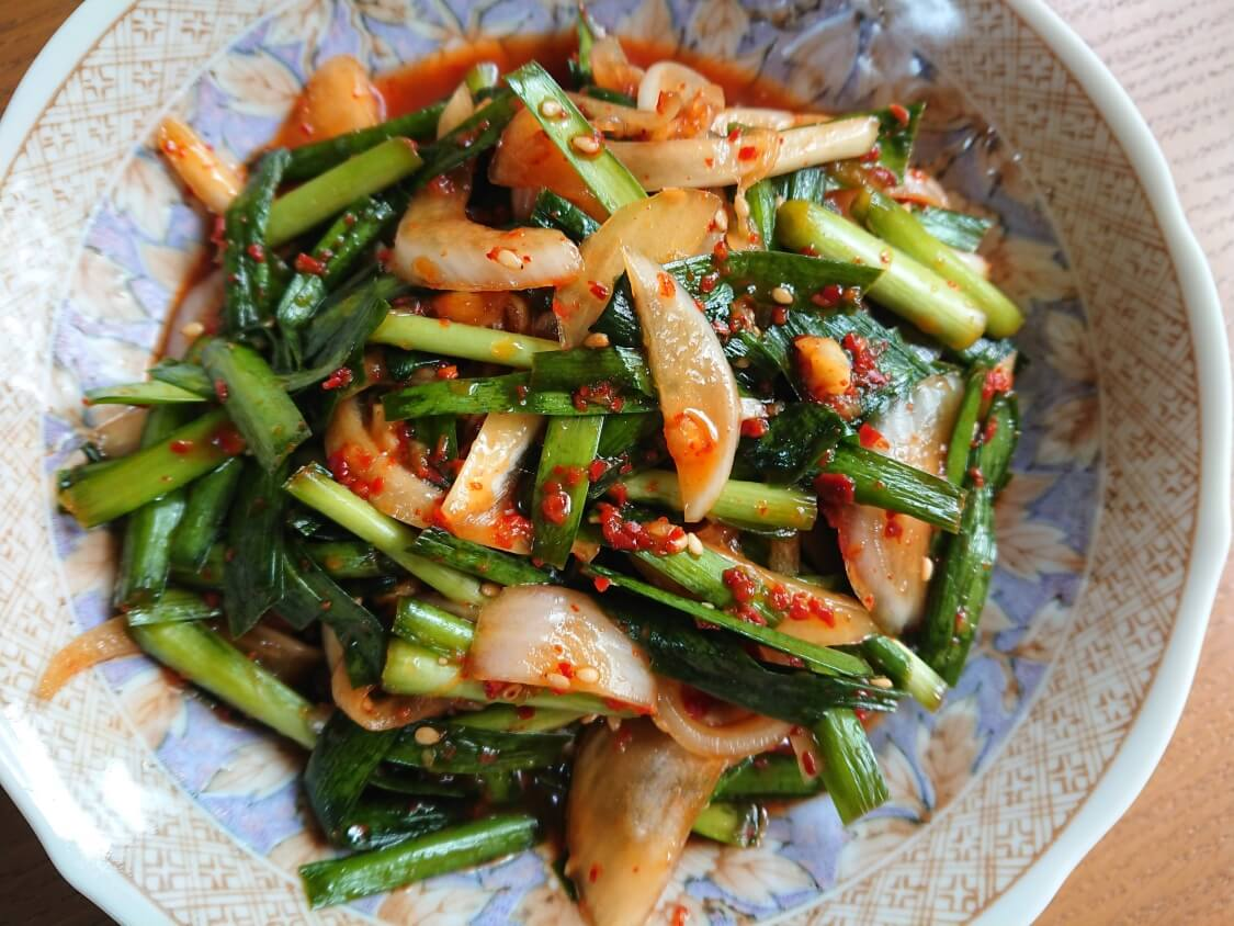 ニラと新玉ねぎの即席キムチ(プチュコッチョリ)。簡単本格味の韓国レシピ。万能副菜、常備菜、作り置きおかず