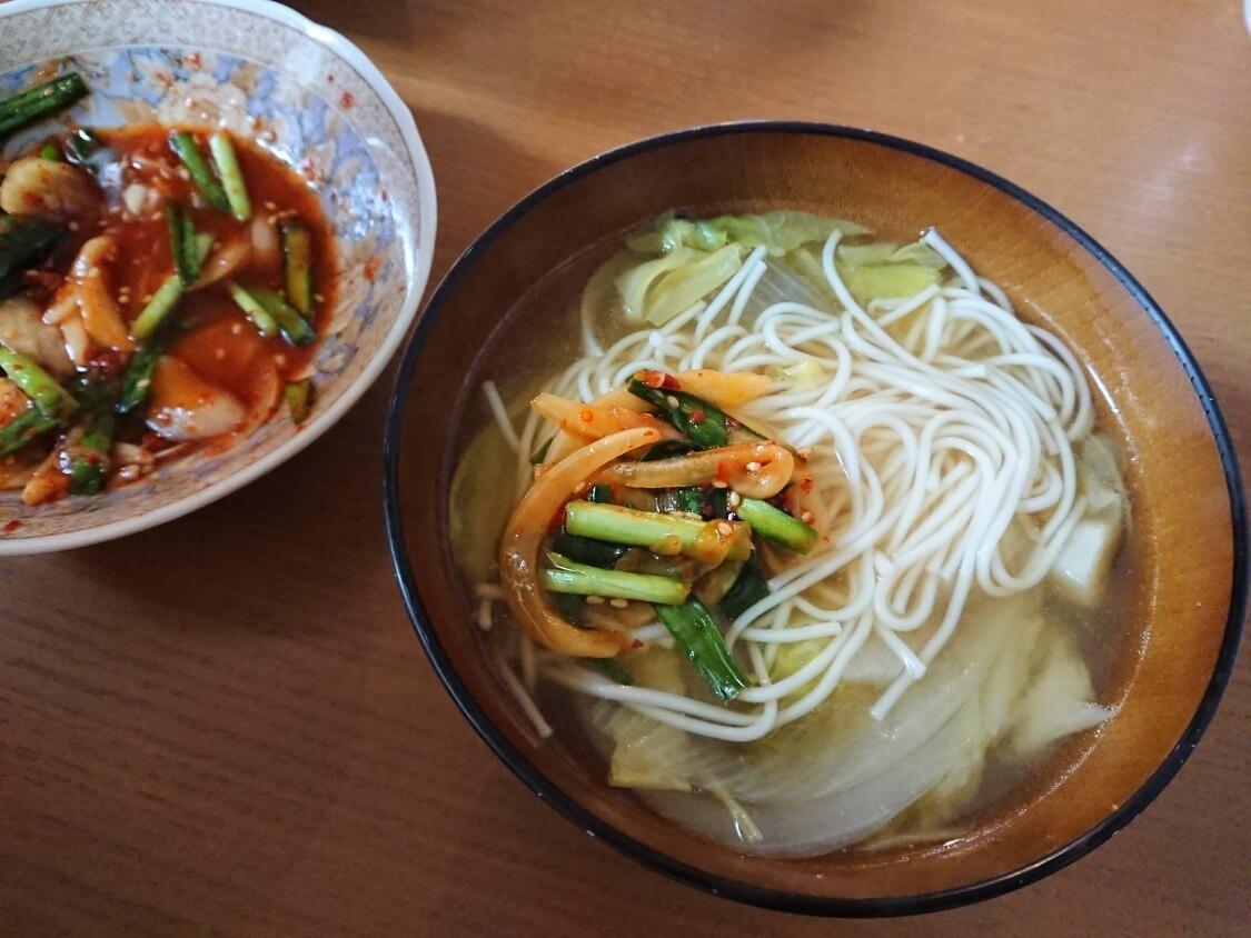 ニラと新玉ねぎの即席キムチ(プチュコッチョリ)。簡単本格味の韓国レシピ。ラーメン、そうめんの付け合わせにも
