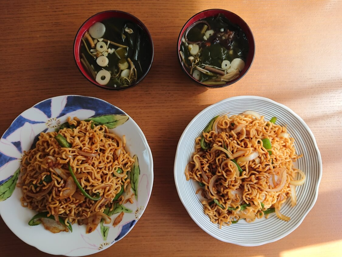 美味しい簡単わかめスープ♪お肉なしの韓国レシピ。具は山菜!付け合せに焼きそば