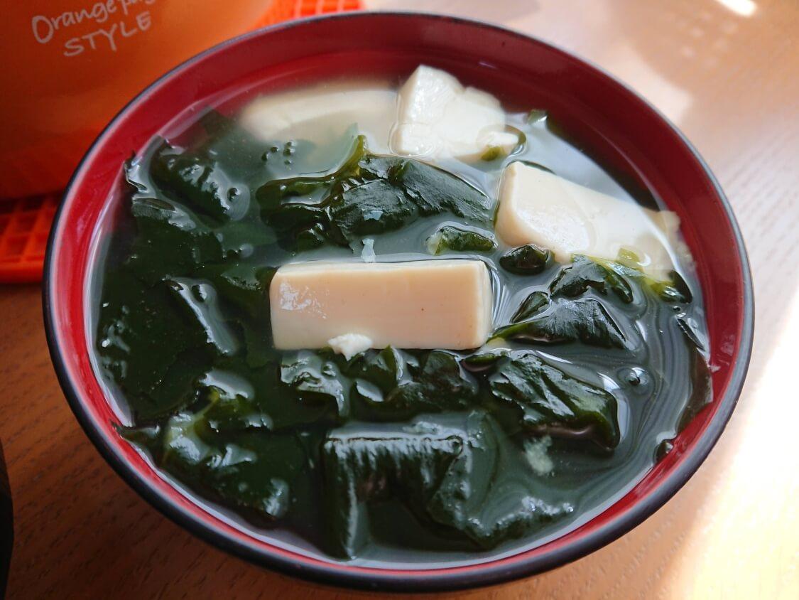 美味しい簡単わかめスープ♪お肉なしの韓国レシピ。豆腐入りのワカメスープ