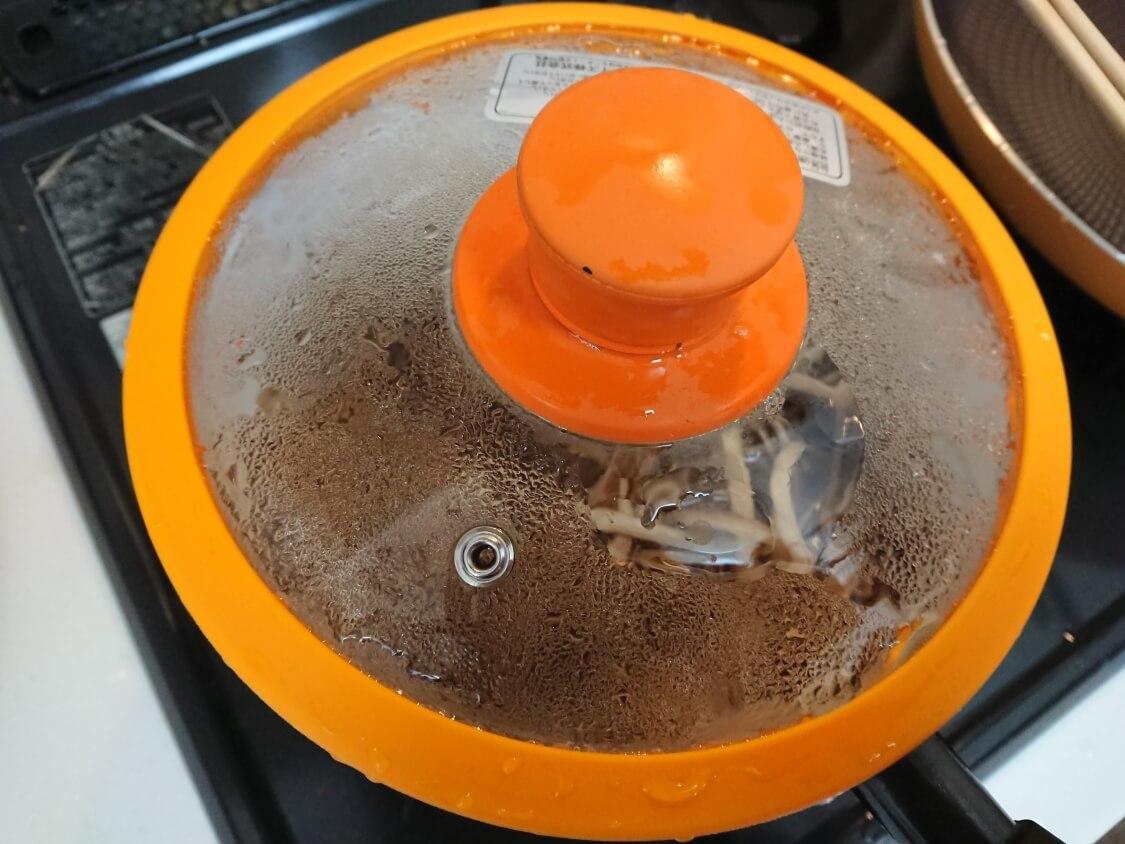 きんぴらごぼうの簡単レシピ。蓋をして加熱、時間