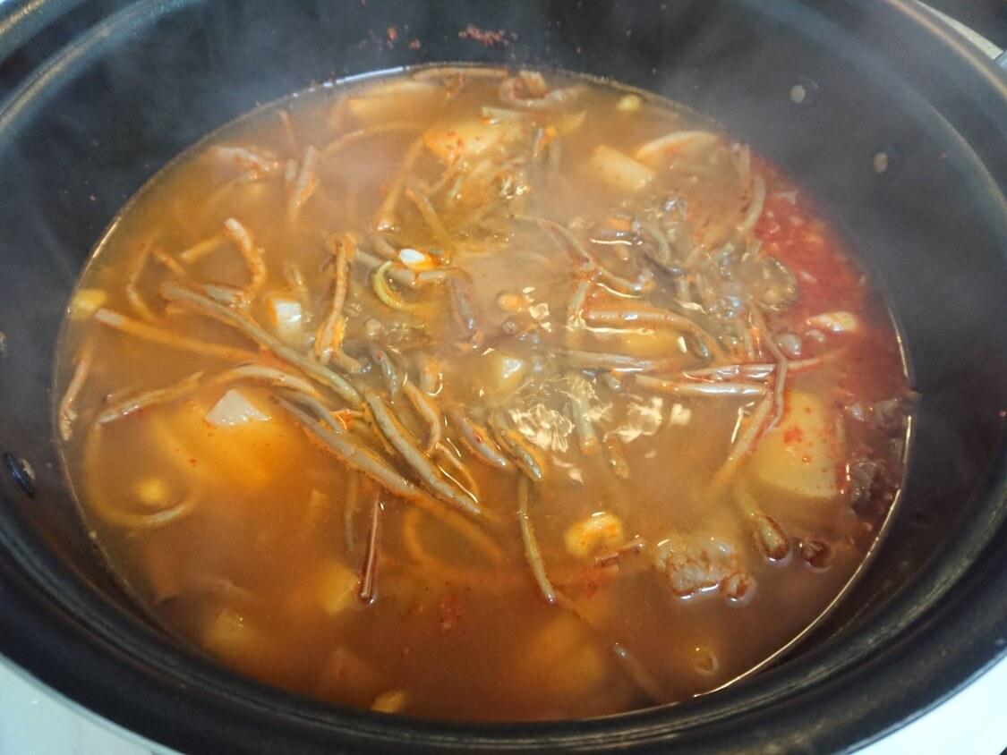 簡単!うま辛ユッケジャンの韓国人気レシピ。よく合う野菜、ぜんまい