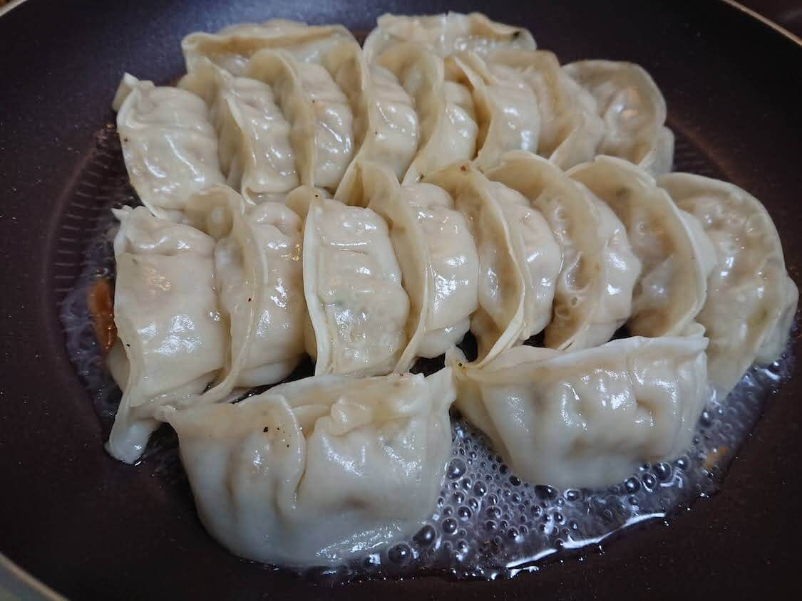 新玉ねぎの酢しょうゆ漬け、韓国人気レシピ。お料理の付け合わせ、副菜(餃子)