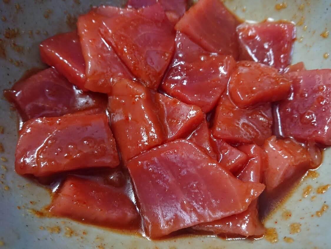 マグロユッケ丼のレシピ。タレに和えるだけで簡単!