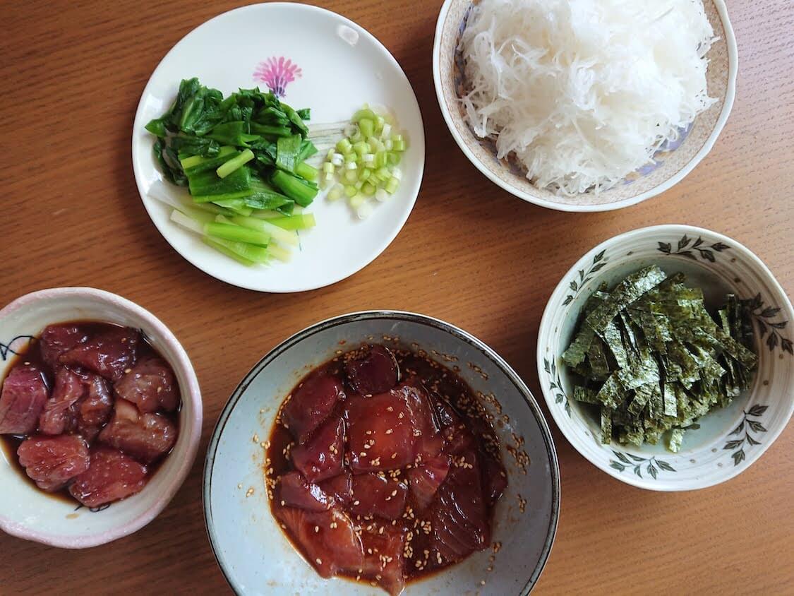 ラクうま!マグロユッケ丼のレシピ。よく合う野菜、大根のつまと茹でネギ