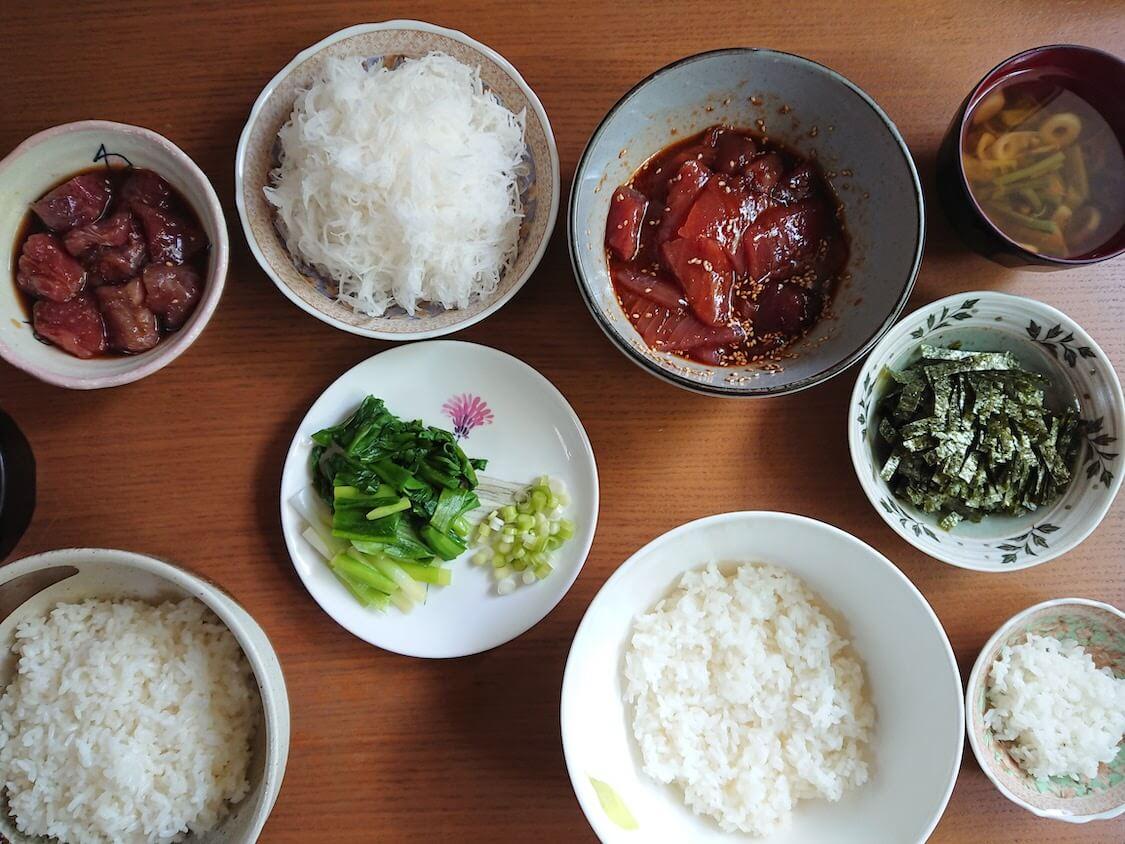 ラクうま!マグロユッケ丼のレシピ。よく合う野菜、大根のつまと茹でネギ、刻み海苔