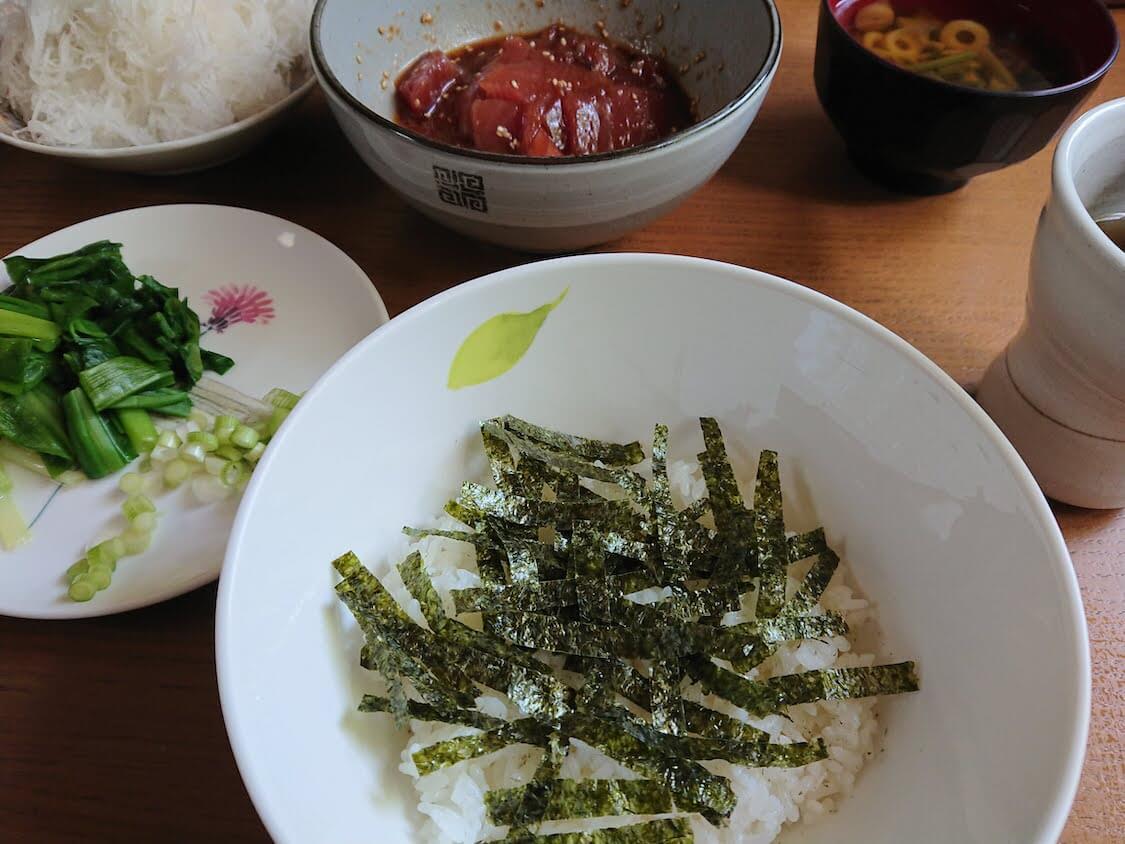 マグロユッケ丼のレシピ。盛り付け