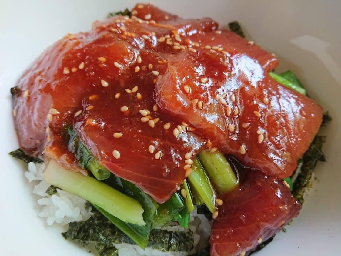 ラクうま!マグロユッケ丼のレシピ。ごま油香る美味しいタレ+よく合う野菜