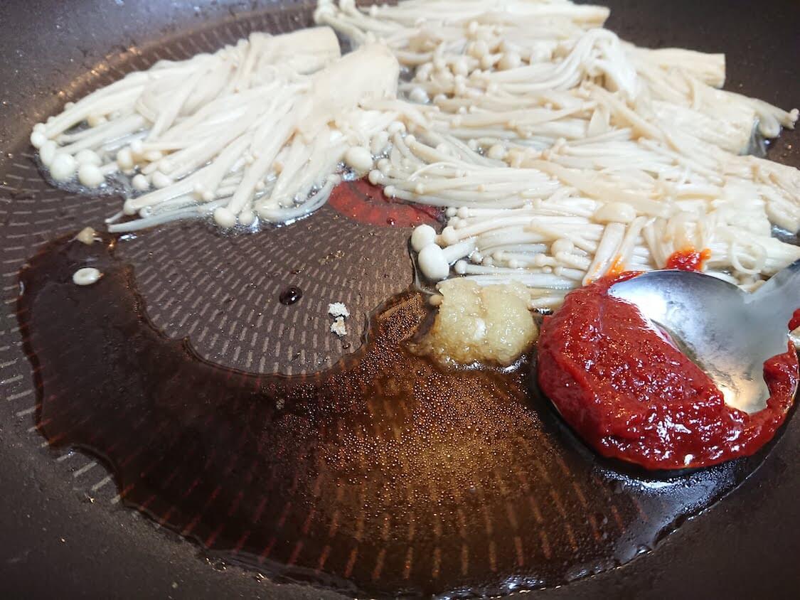 えのきだけでやみつき一品!韓国の人気レシピ。詳しい作り方。調味料とヤンニョム