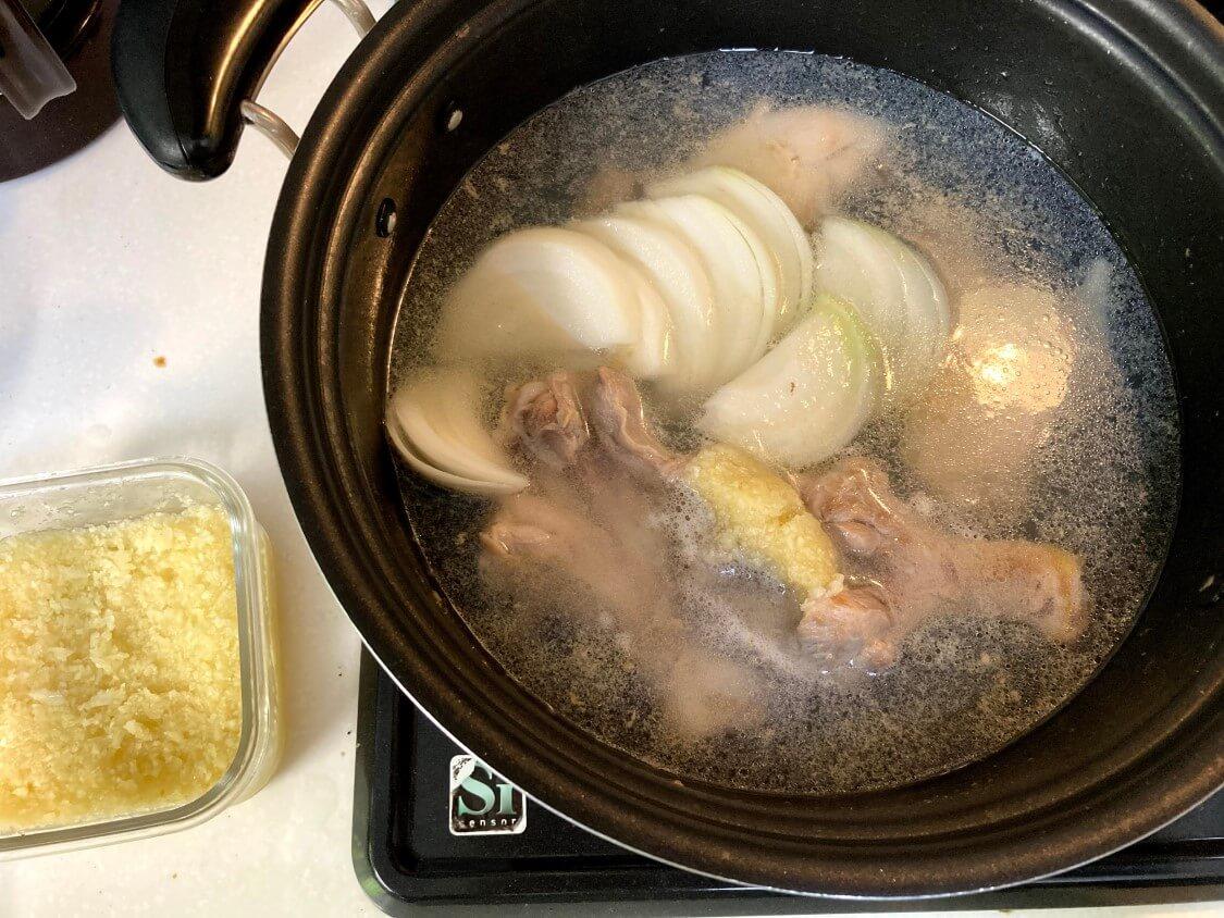 タッコムタン(鶏の煮込みスープ)の韓国レシピ。にんにくと玉ねぎ