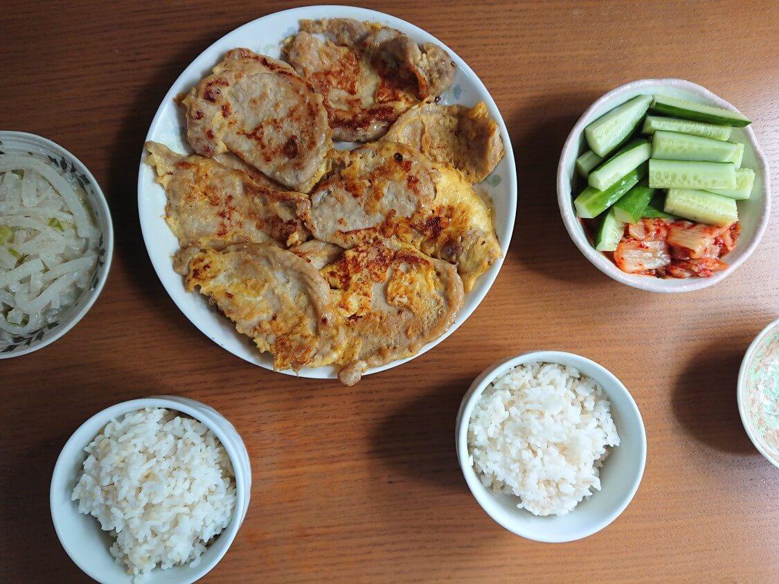 韓国の牛肉&豚肉チヂミ「육전」人気レシピ。付け合わせはキムチと大根ナムル