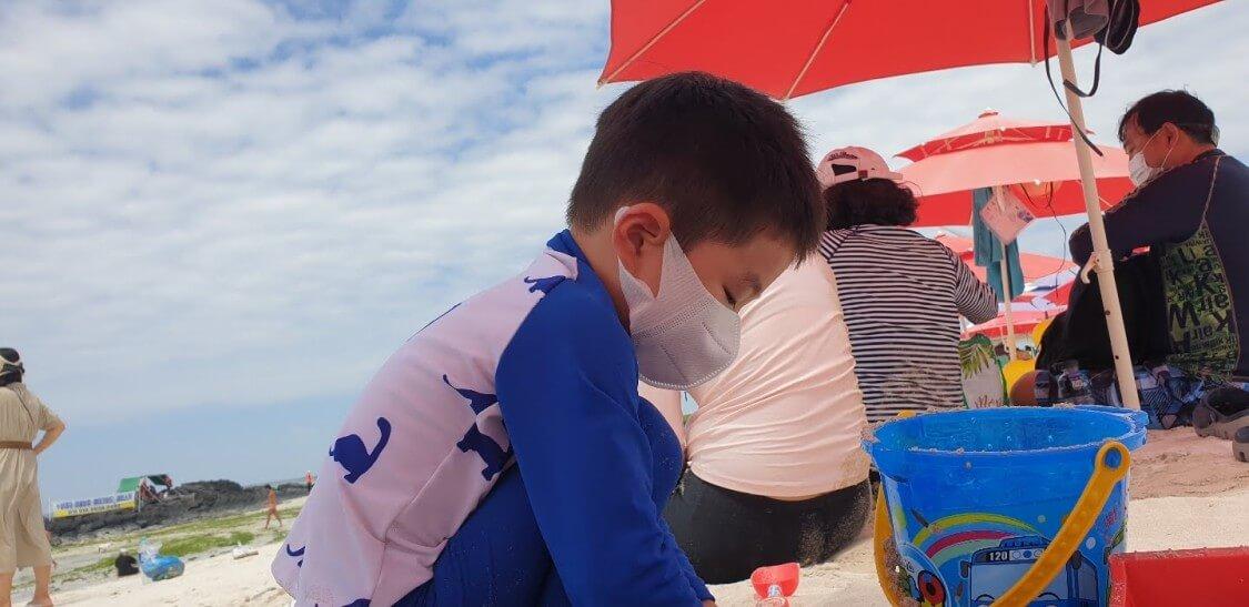 夏休みはチェジュ島の海で。新型コロナ防止のマスクをつけている甥っ子