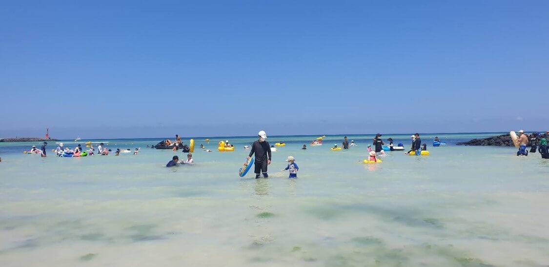 チェジュ島の海で。新型コロナ防止のマスク