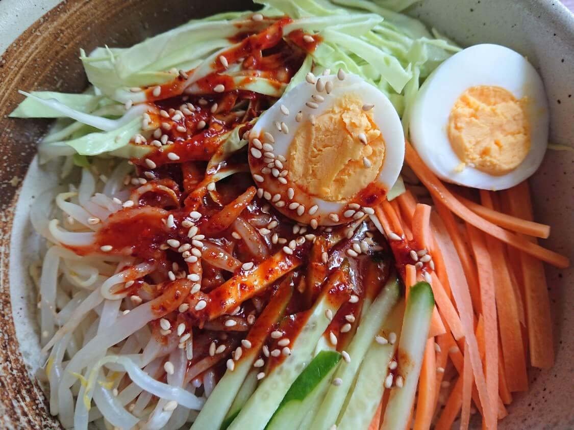 「チョル麺」韓国レシピとアレンジ。甘酸っぱ辛いタレ×野菜たっぷり♪ビビン麺