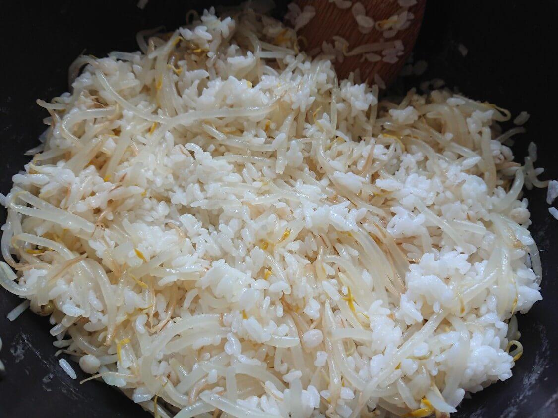 もやしご飯の韓国人気レシピ。鍋&冷めたご飯で簡単!