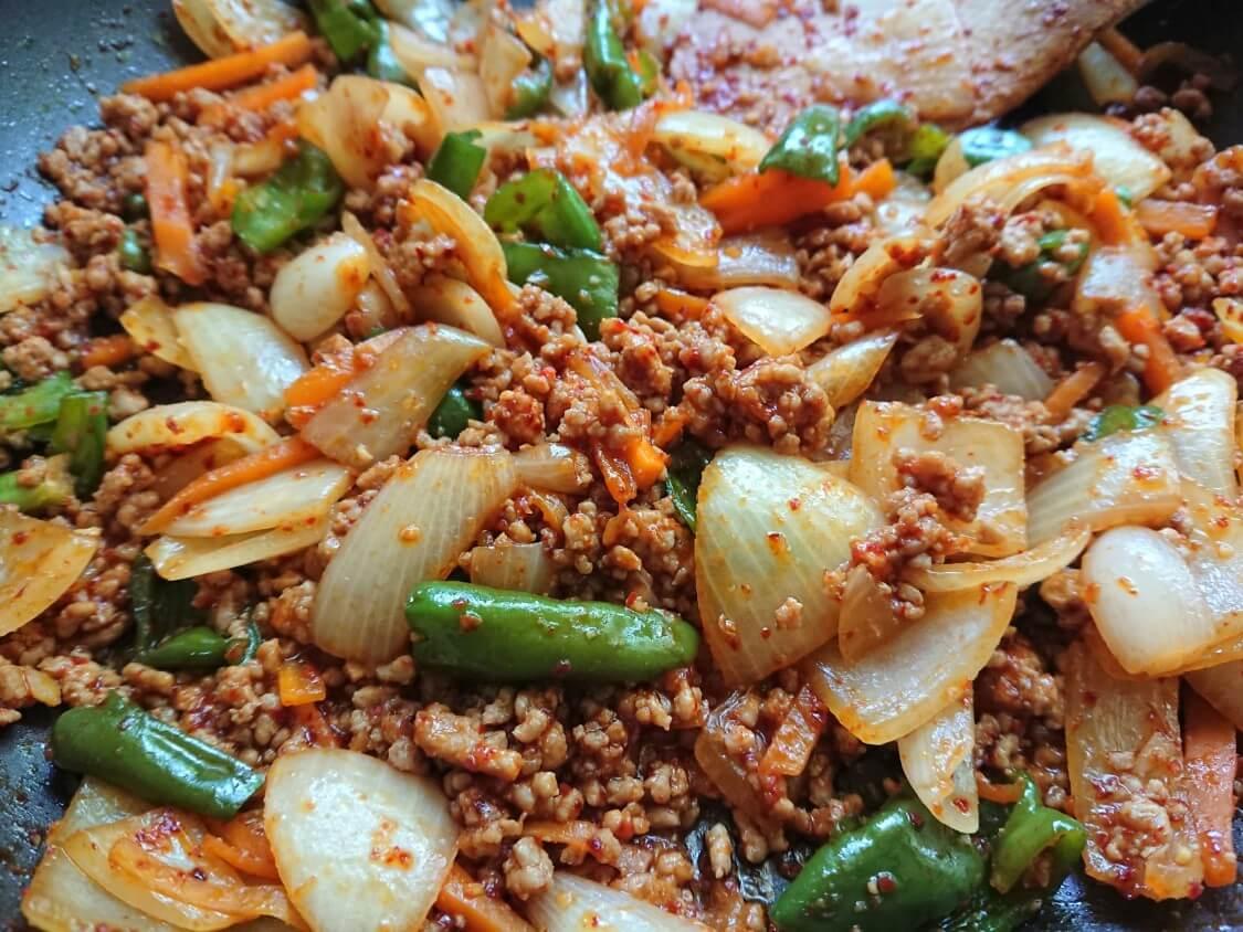 韓国ピリ辛肉味噌レシピ。混ぜうどんや丼に♪コチュジャンのアレンジも