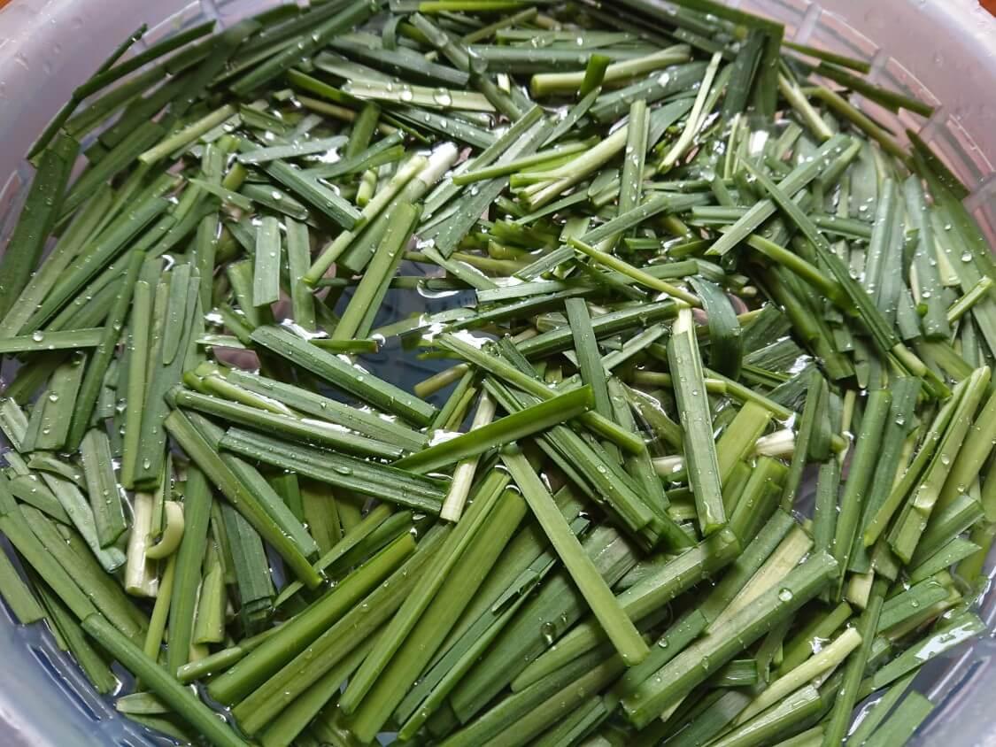 簡単おいしい!りんごとにらのサラダキムチレシピ。野菜を切る