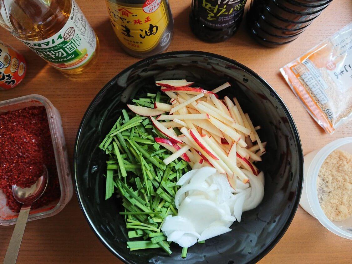 りんごとにらのサラダキムチレシピ。ヤンニョムと調味料