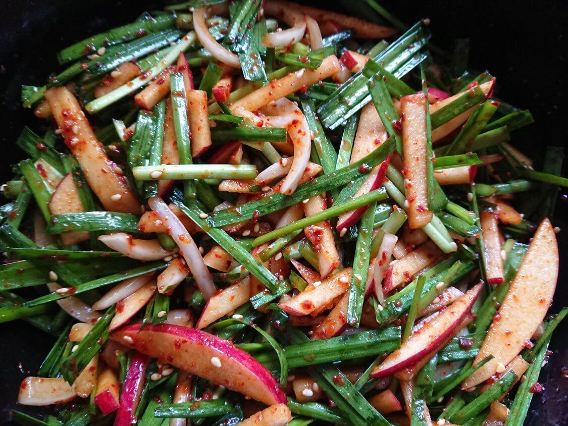 簡単おいしい!りんごとにらのサラダキムチ。焼き肉・サムギョプサルの副菜にも