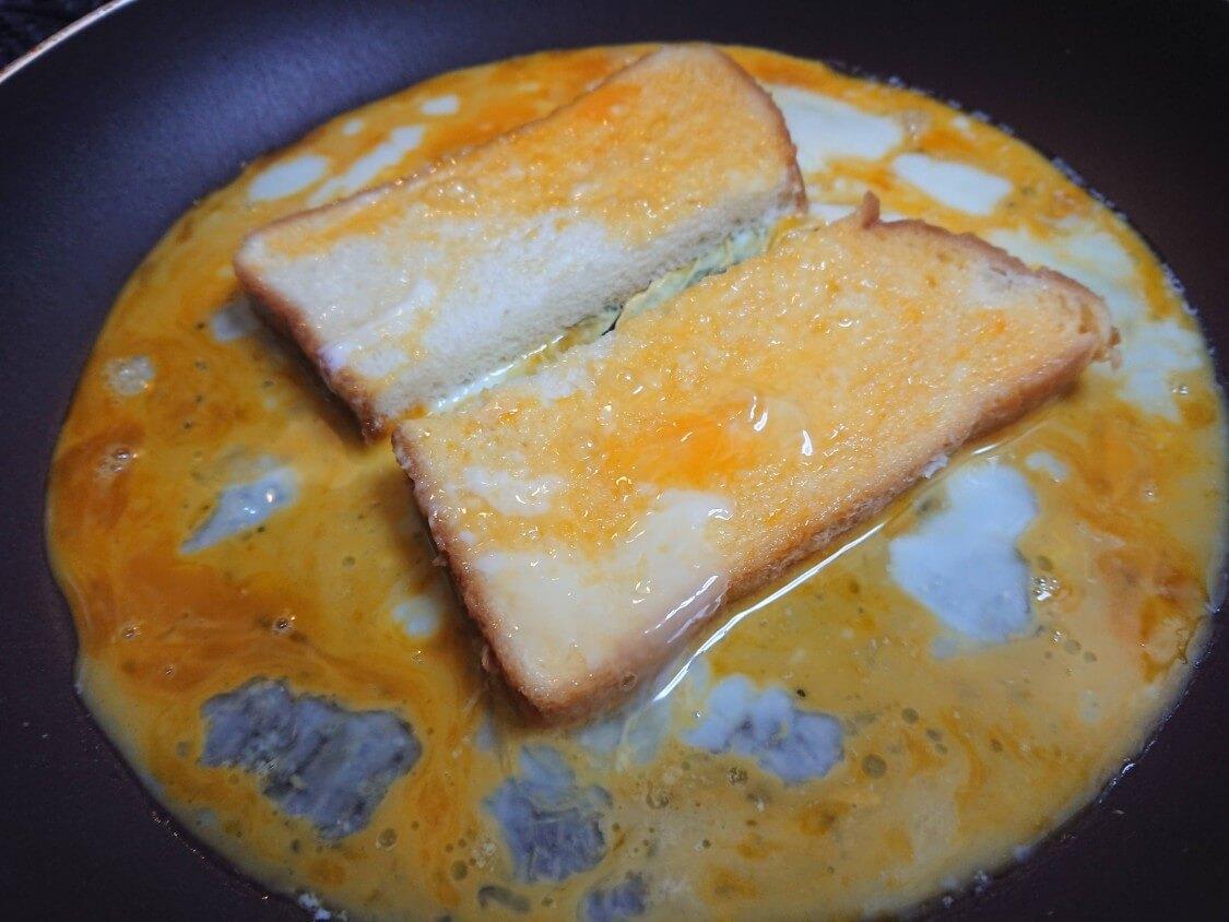 とろ~り♪チーズと卵のトースト。韓国の人気レシピ。バターを入れてフライパンで焼く