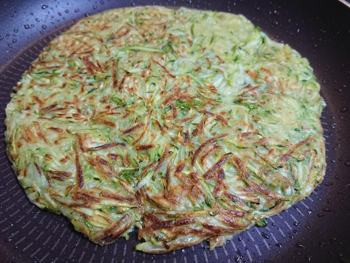 ズッキーニチヂミの作り方。フライパンで焼く