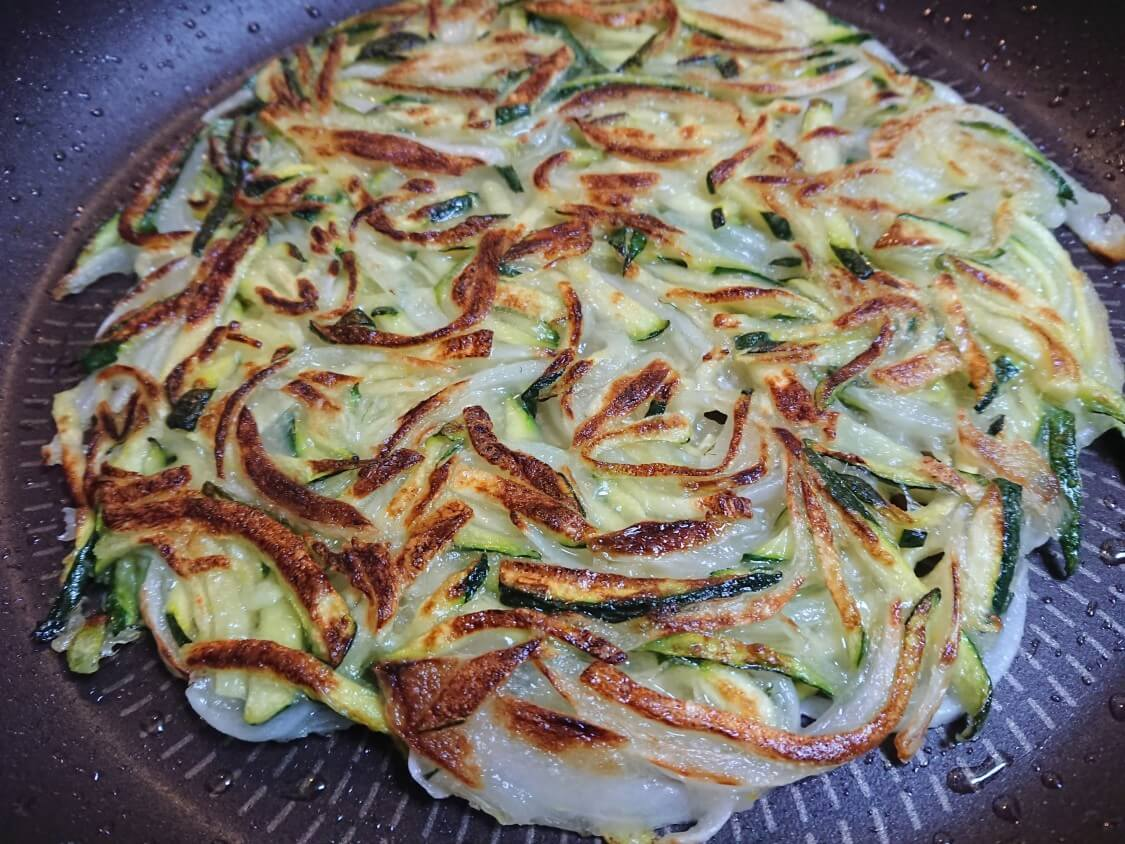 ズッキーニの千切りチヂミ、韓国レシピ。甘みが癖になる♪簡単おつまみ