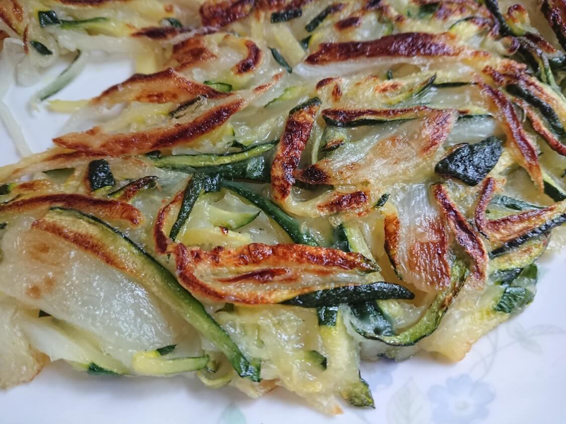 ズッキーニの千切りチヂミ、韓国レシピ。甘みが癖になる♪簡単おつまみ&おかず