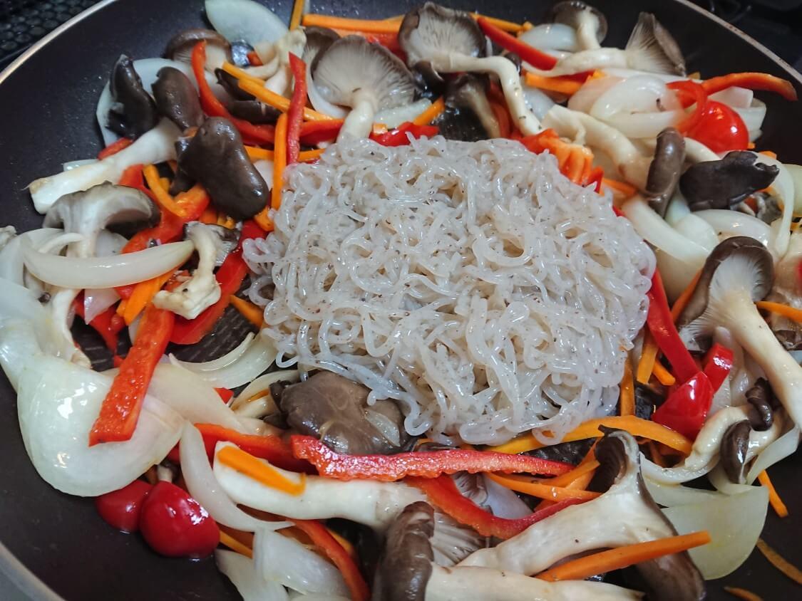 簡単!野菜たっぷりこんにゃくチャプチェの作り方。炒めるだけ!