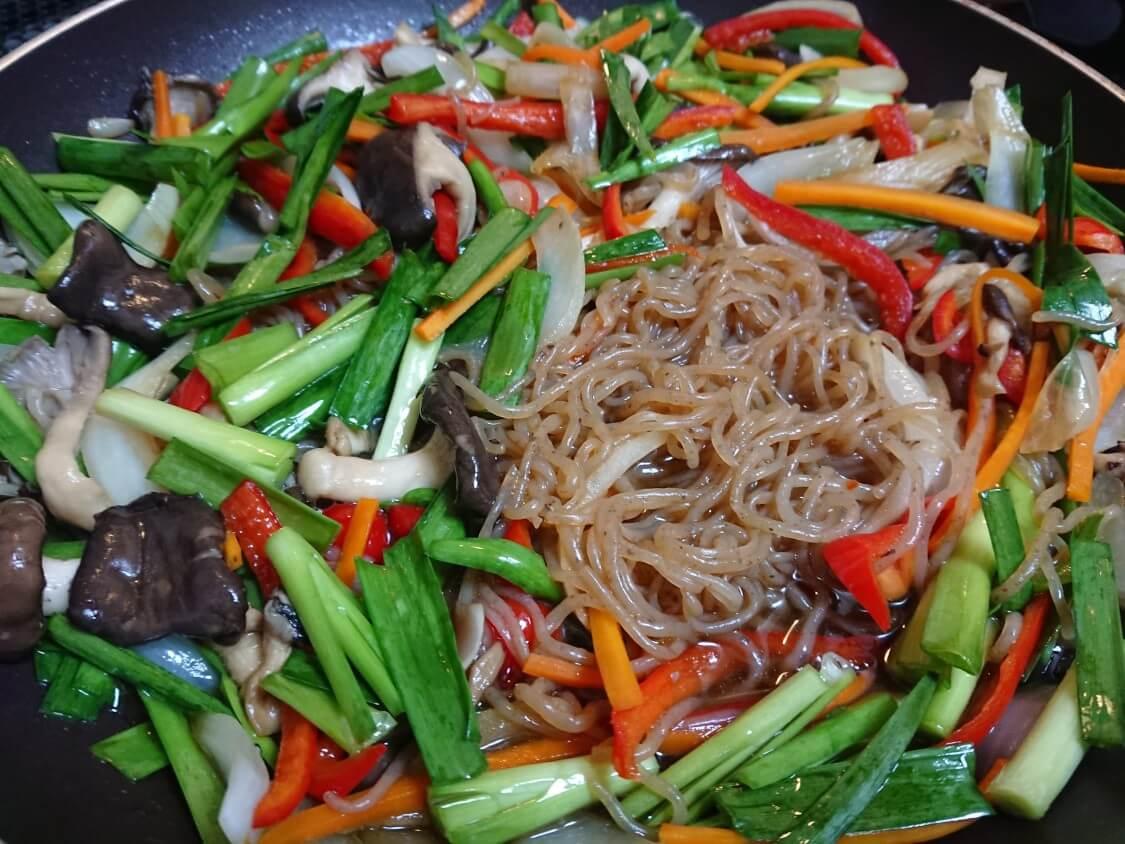 簡単!野菜たっぷりこんにゃくチャプチェの作り方。おすすめの野菜はにら