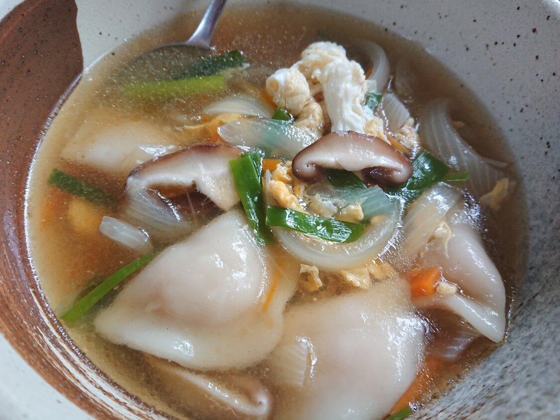 もやしナムルの韓国人気レシピ。辛い味付けのアレンジも。付け合わせの餃子スープ