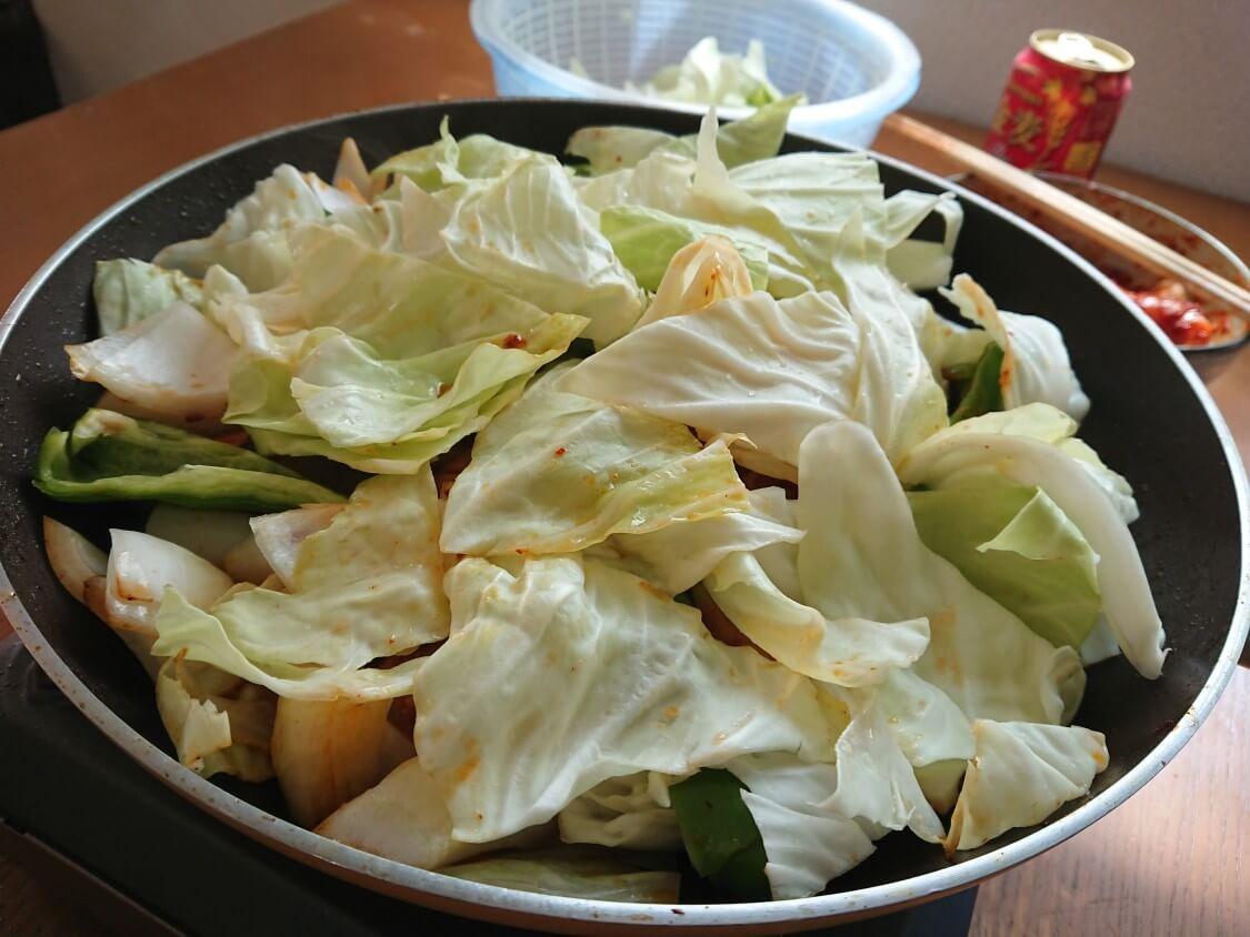 フライパンで簡単!チーズタッカルビの作り方。野菜と具材を入れる