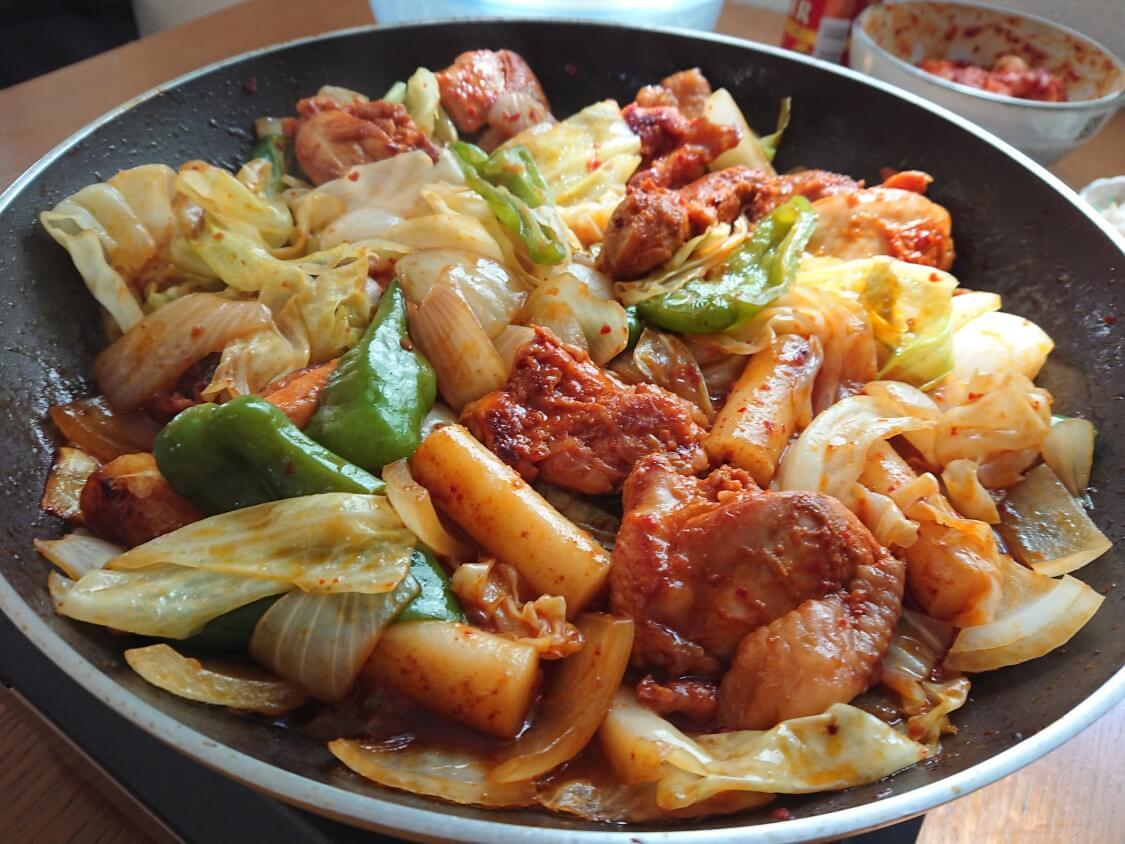 フライパンで簡単!チーズタッカルビの作り方。野菜と具材を炒める