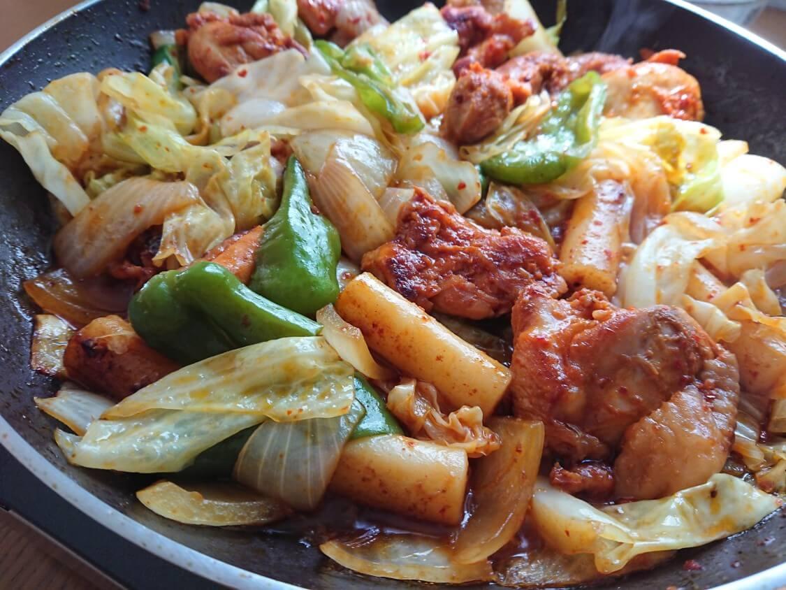 フライパンで簡単!チーズタッカルビの作り方。野菜と具材を炒める、蒸す
