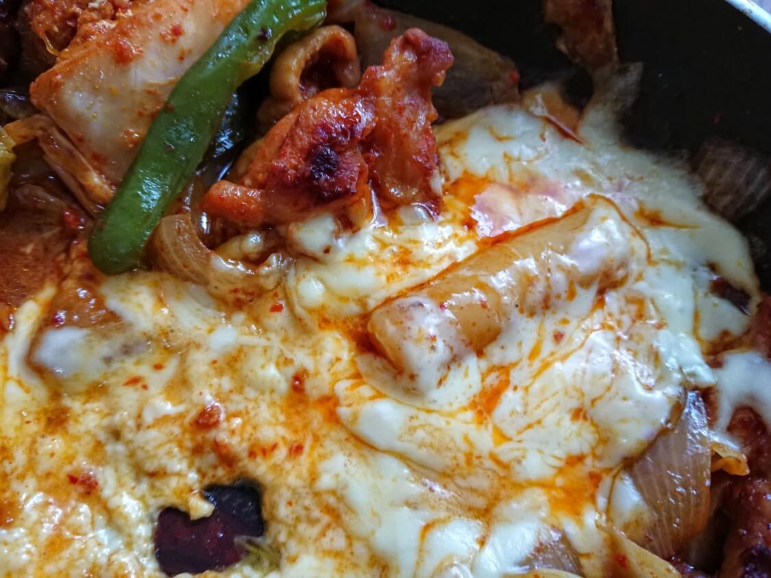 フライパンで簡単!チーズタッカルビの作り方。トッポギが美味しい