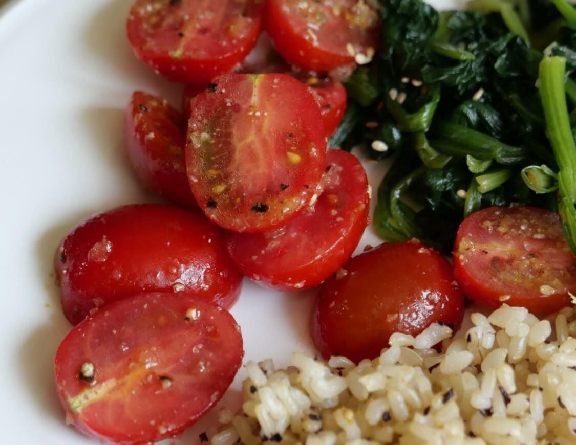 トマトのナムル、韓国の人気レシピ。ほうれん草入りのアレンジも!