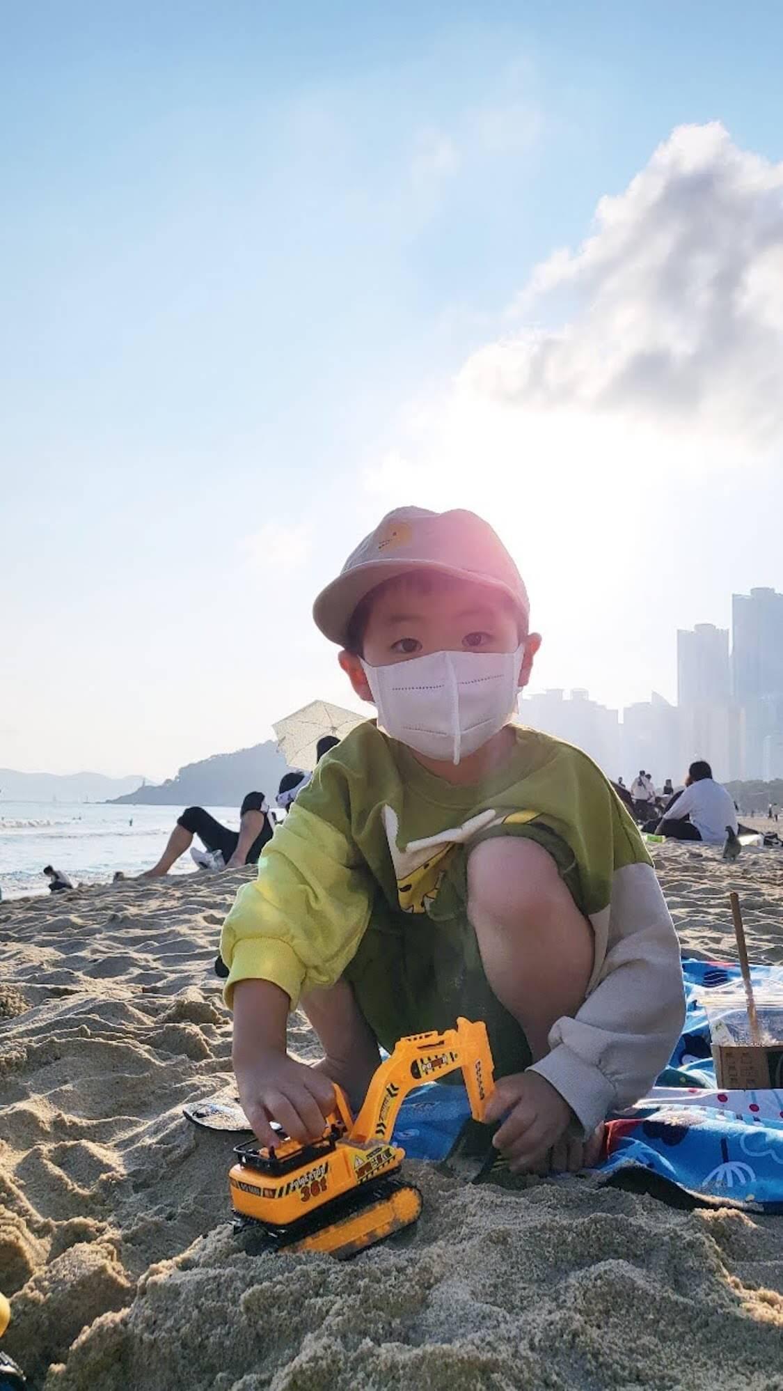 韓国の釜山旅行中の姉家族、海で甥っ子